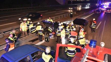 HANDOUT - Das Handout zeigt Rettungskräfte der Feuerwehr am 13.02.2017 bei einem Einsatz in der Nähe von Garching (Bayern)(Person von der Quelle gepixelt). Mit einem waghalsigen Manöver hatte ein Autofahrer auf der A 9 bei München einen außer Kontrolle geratenen Wagen gestoppt. (zu dpa «Autofahrer stoppt führerlosen Wagen mit waghalsigem Manöver» vom 14.02.2017) ACHTUNG: Nur zur redaktionellen Verwendung im Zusammenhang mit der aktuellen Berichterstattung und nur bei Nennung der Quelle Foto: Steiger/Berufsfeuerwehr München/dpa +++(c) dpa - Bildfunk+++
